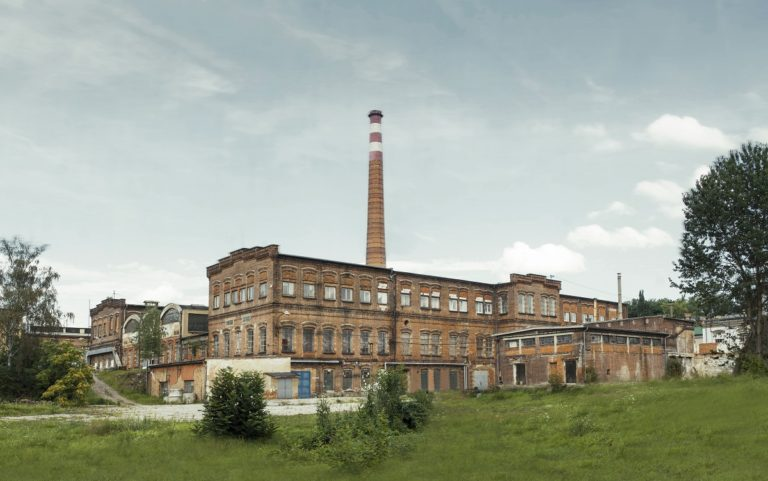 Papírna Plzeň na břehu řeky Radbuzy.