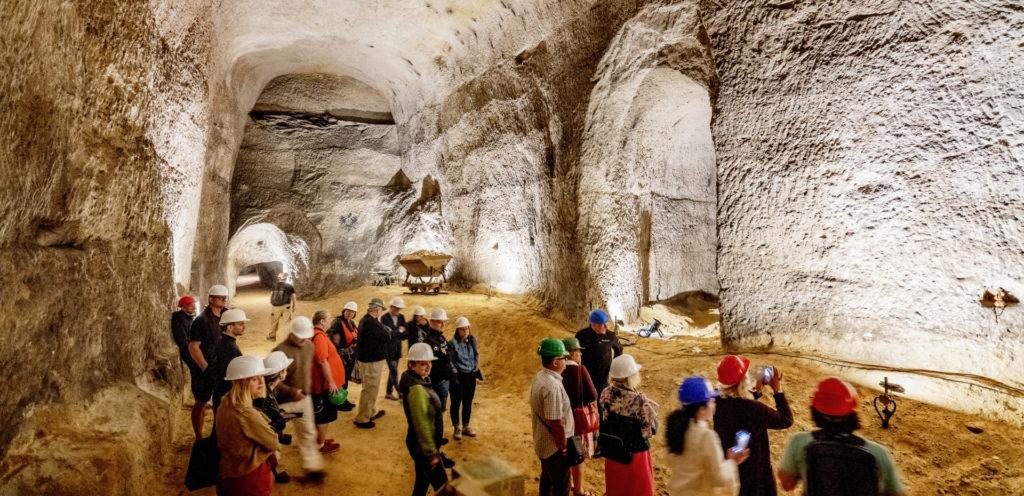Hlubinný kaolinový důl v Nevřeni