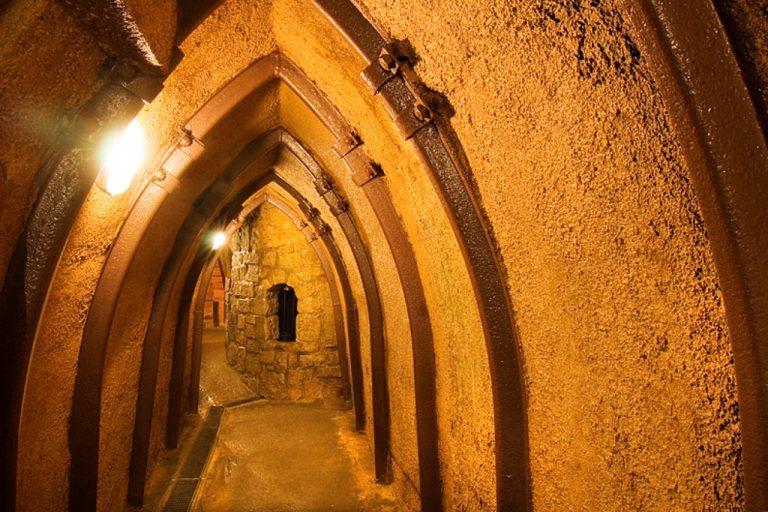 Prohlídky plzeňské podzemí za svitu baterek
