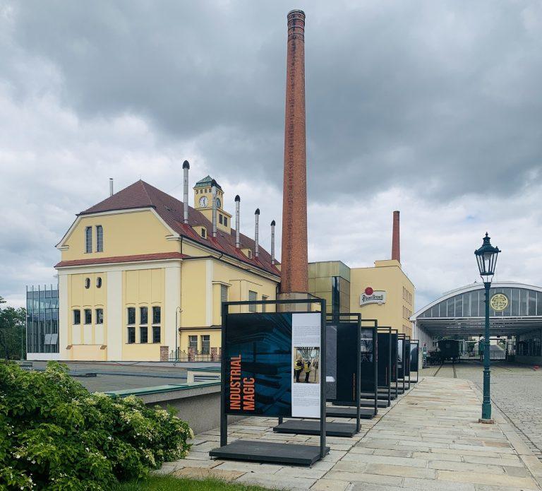 Výstava Industrial Magic na nádvoří Plzeňského Prazdroje